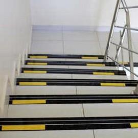 Faixa de sinalização visual para degraus de escada