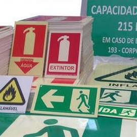 Distribuidor de placas de sinalização de segurança